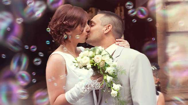 Le baiser à la sortie de mairie