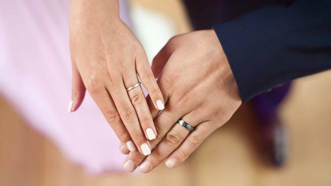 gros-plan-mains-hands-alliances-engagement-rings-photographe-mariage-wedding-photographer