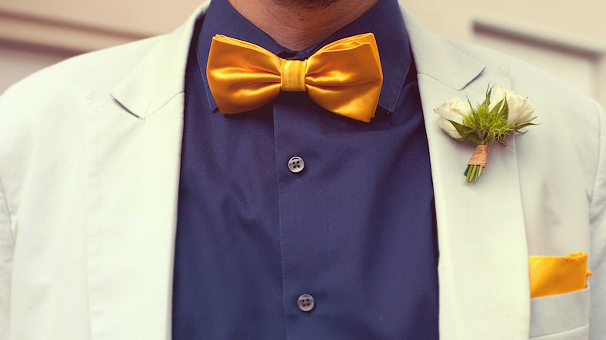 detail-gentle-studio-photographe-mariage-costume-groom-vinatge-yellow-tie-noeud-papillon-jaune