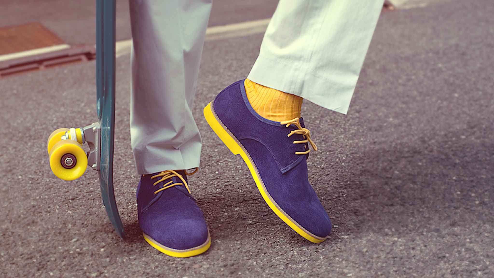 detail-gentle-studio-photographe-mariage-chaussures-homme-yellow-blue