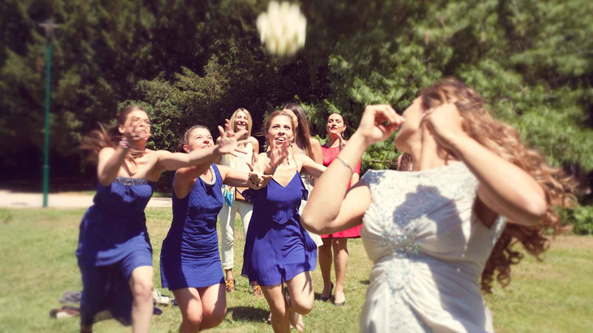 photo-reportage-mariage-lancer-bouquet
