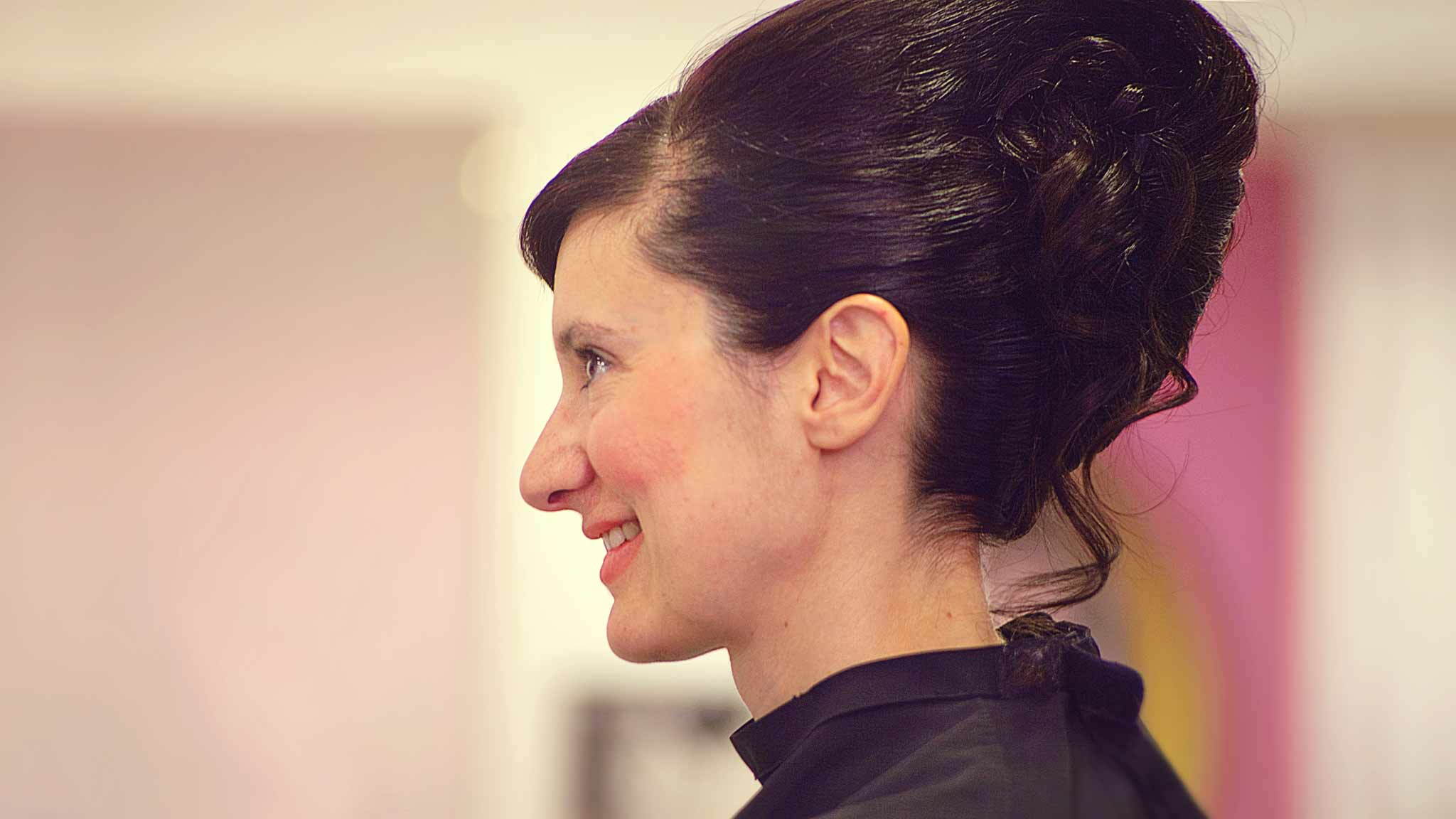 preparation-coiffure-instant-lifestyle-sourire-photographe-mariage-vintage