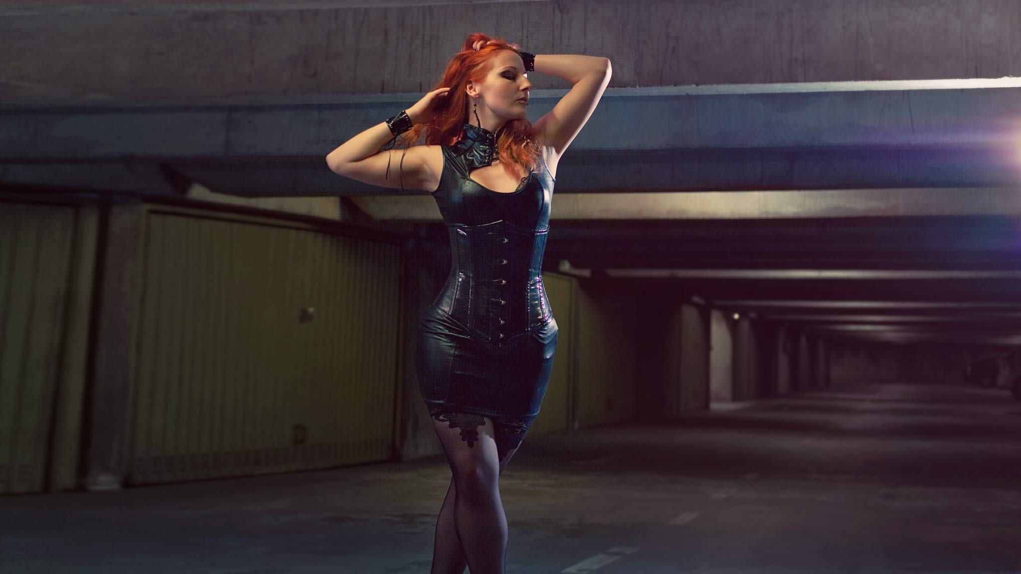 portrait alternative model redhead girl sexy latex dark beauty leather cuir underground